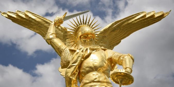 L-archange-a-retrouve-son-perchoir-au-sommet-du-Mont-Saint-Michel