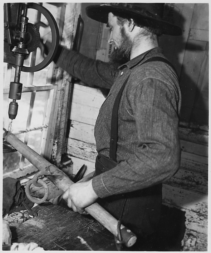 Lancaster_County,_Pennsylvania._An_Old-Order_Amishman_working_in_his_repair_shop._Good_machine_sho_._._._-_NARA_-_521078.jpg